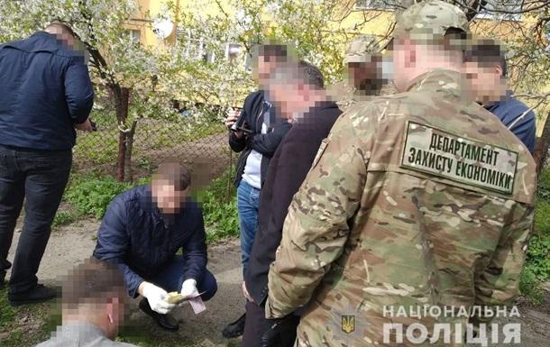 На Львівщині два чиновники здавали землю в оренду за хабарі