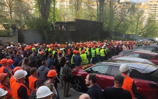 Будівельники Шулявського моста в Києві пішли мітингувати