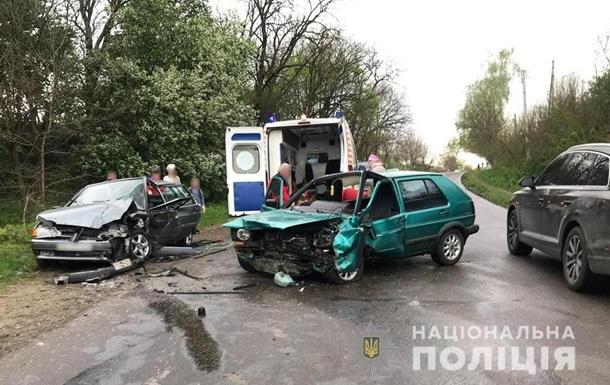 Під Чернівцями зіткнулися три авто: п ятеро постраждалих