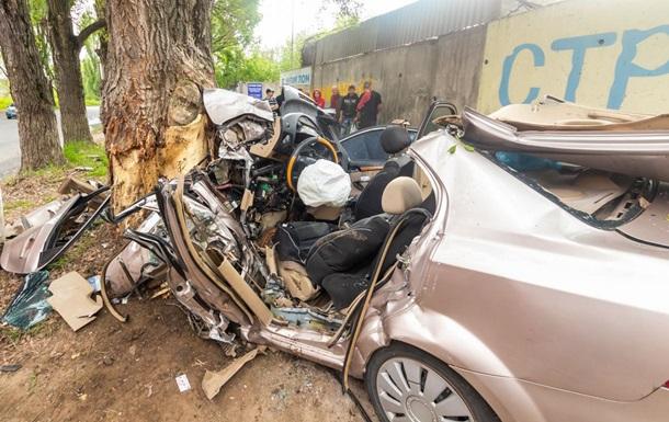У Дніпрі Chevrolet врізався у дерево, є жертви