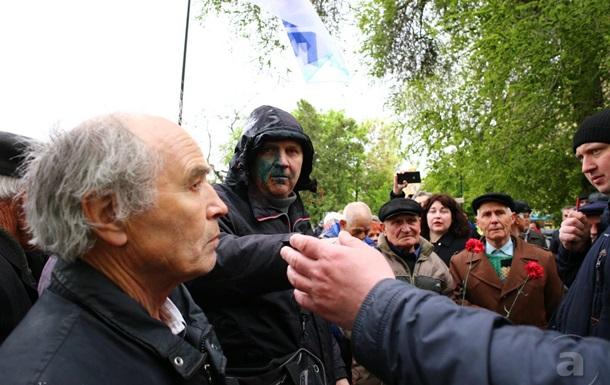 Первомай в Харькове: участников шествия облили зеленкой