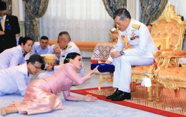 Король Таїланду одружився на генералі