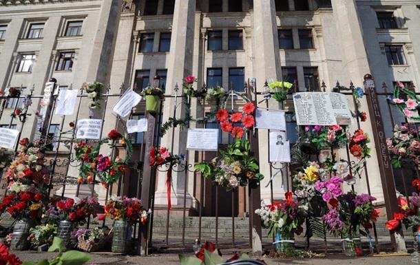 Трагедия 2 мая в Одессе: к Дому профсоюзов несут цветы