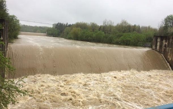 В Карпатах дожди подтопили дома и разрушили мост