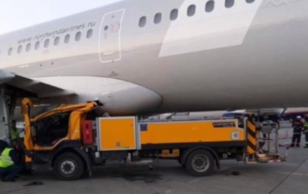 У московському аеропорту навантажувач в їхав у Boeing