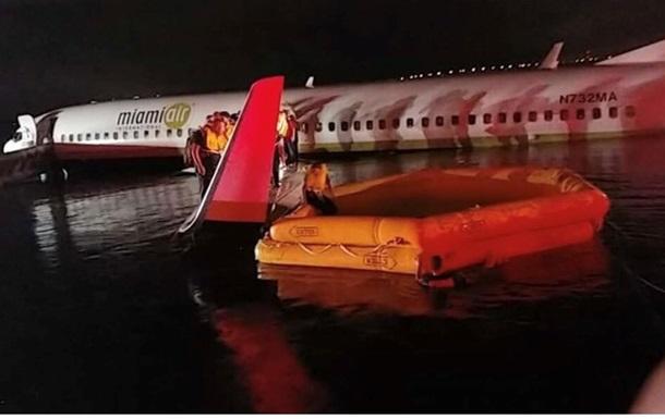Пассажирский Boeing упав у річку в США