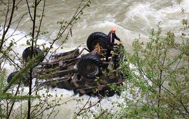 Рятувальники знайшли всіх білорусів, які впали в річку на Прикарпатті