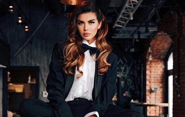 Седокова в леопардовом костюме станцевала на корточках перед зеркалом