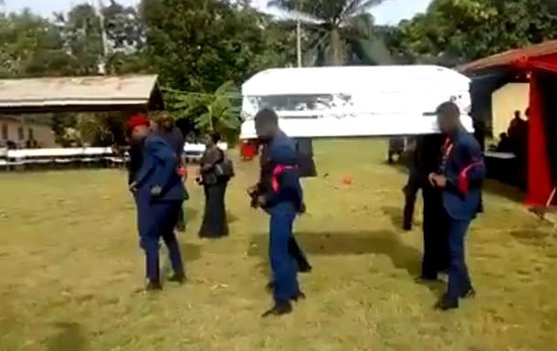 У Гані похоронна процесія впустила труну під час танцю