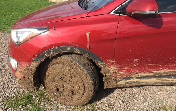 Машина посла Канады застряла в грязи в Черкасской области