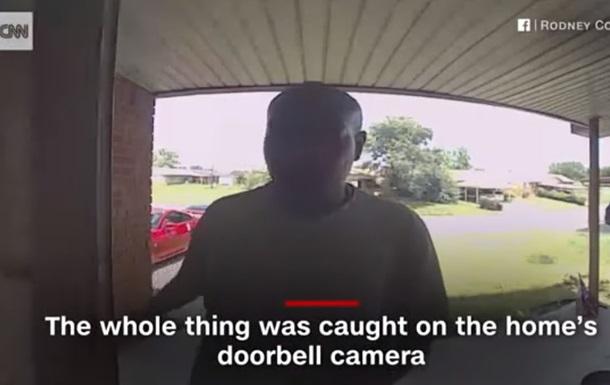 Атака американця змією потрапила на відео