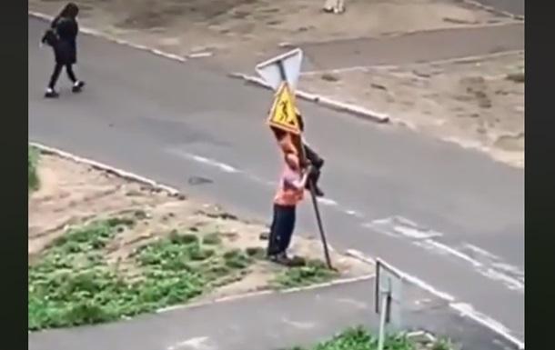 Мережу потішило відео встановлення дорожнього знака