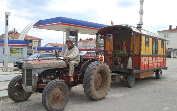 Француз доехал на тракторе в Турцию по дороге в Индию