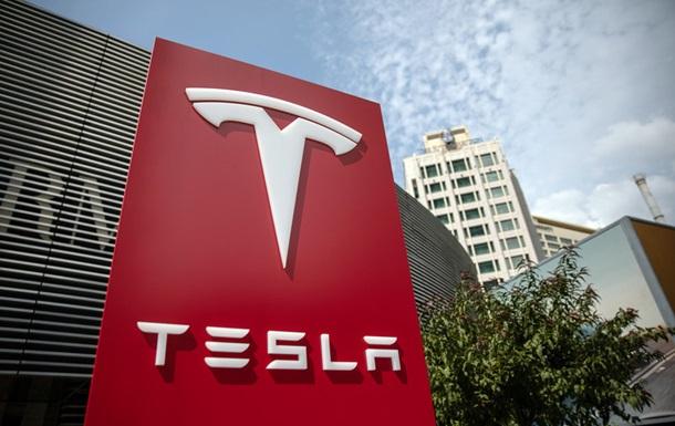 На видео показали, как ориентируется автопилот Тесла в грозу