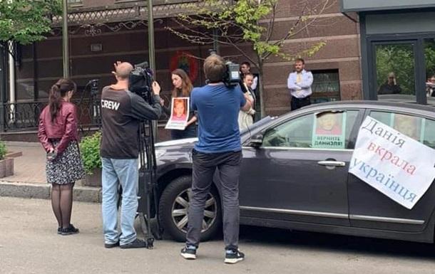 Українського хлопчика, якого утримують у посольстві Данії, оглянув лікар