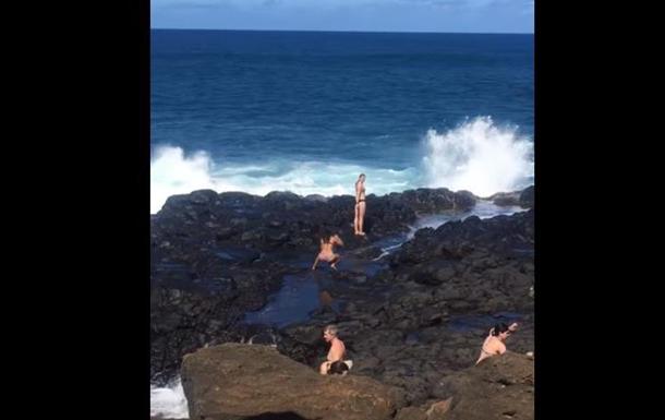 На Гавайях девушек, пытающихся сделать фото, смыло гигантской волной