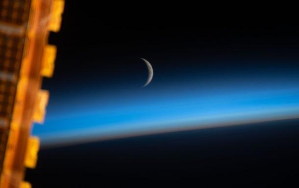 Астронавти зняли Місяць-молодик у блакиті серпанку