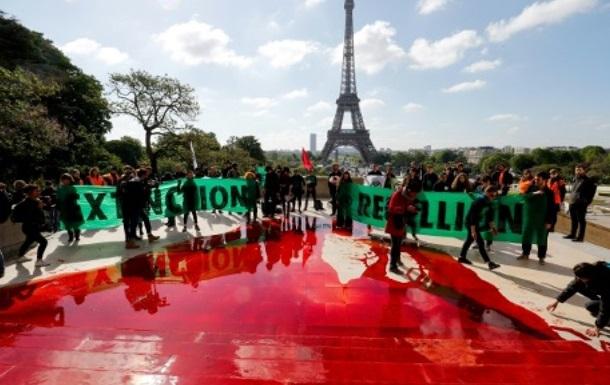 У Парижі екоактивісти розлили 300 літрів бутафорської крові