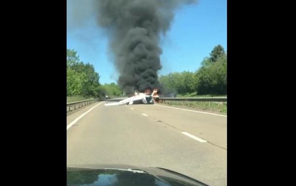 У Британії літак впав на дорогу