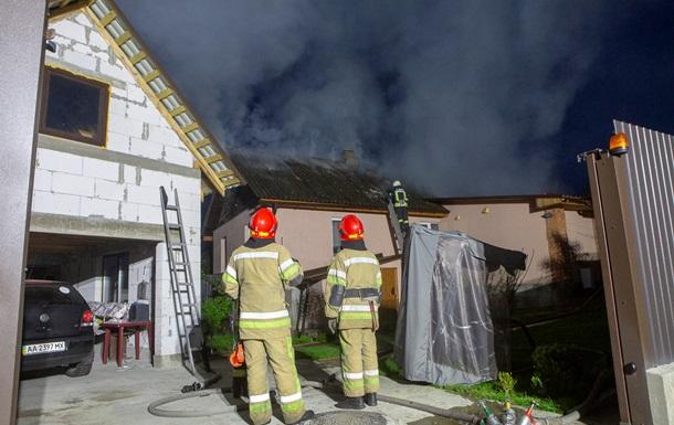 У Києві після вибуху загорівся житловий будинок