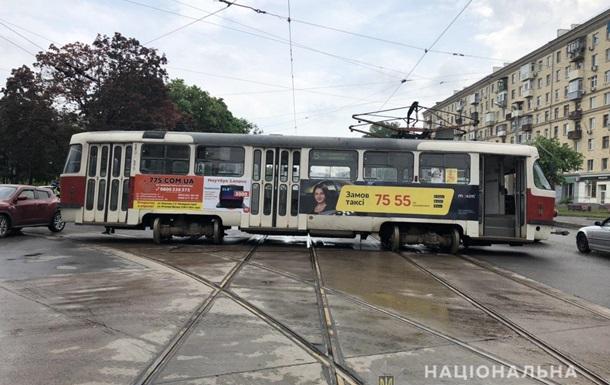 У Харкові трамвай зійшов з колії і врізався в авто