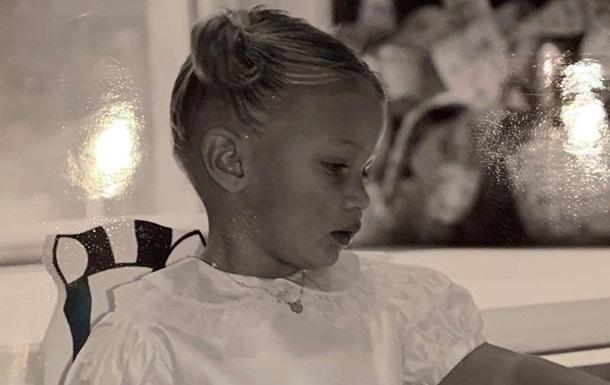 В День матери Белла Хадид поделилась детскими фото с мамой