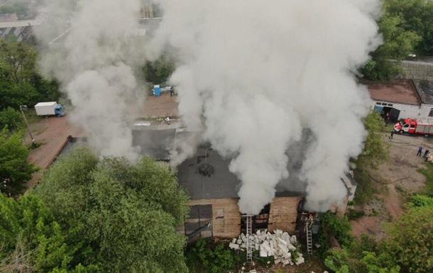 В Киеве горел склад с баллонами и топливом