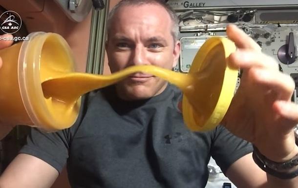 Астронавт показал, как ведет себя в невесомости мед