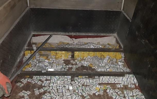 Українець намагався вивезти контрабандні сигарети в подвійному днищі авто