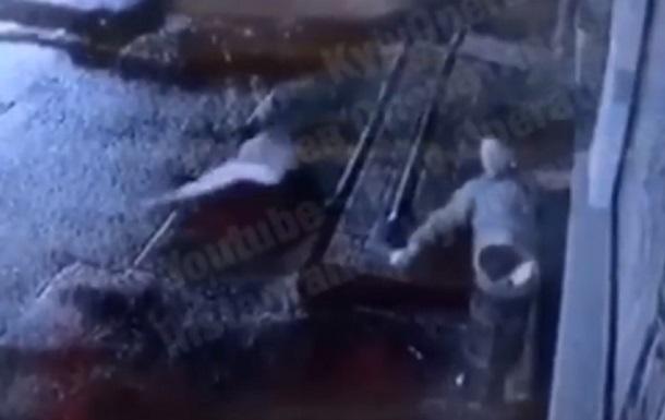 Крадіжка прапора України в Києві потрапила на відео