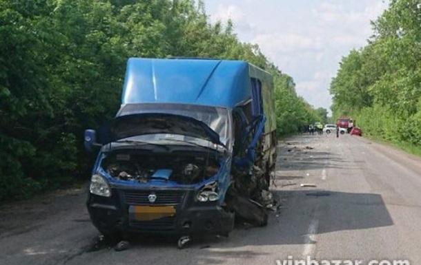 У Вінницькій області легковик зіткнувся з бусом: є жертви