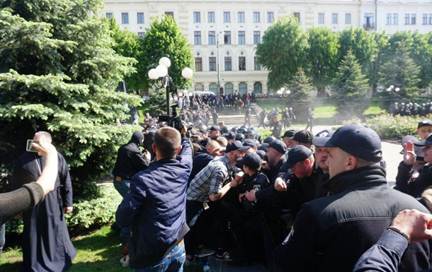 На акции ЛГБТ в Черновцах произошла массовая драка
