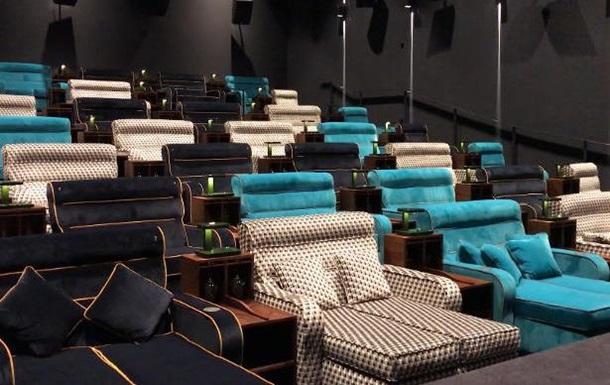 У кінотеатрі в Швейцарії встановили двоспальні ліжка