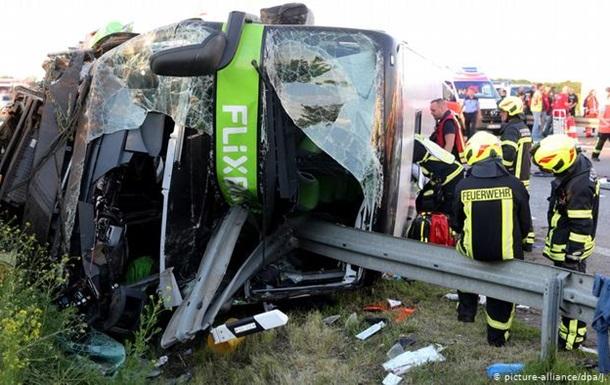 В Германии перевернулся автобус: более 60 человек пострадали
