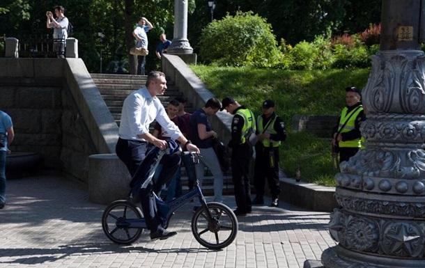 Кличко приехал в Раду на инаугурацию на велосипеде