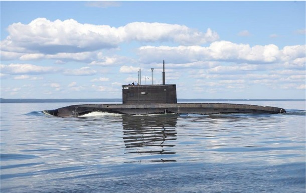 Російський підводний човен проводить навчання в Чорному морі