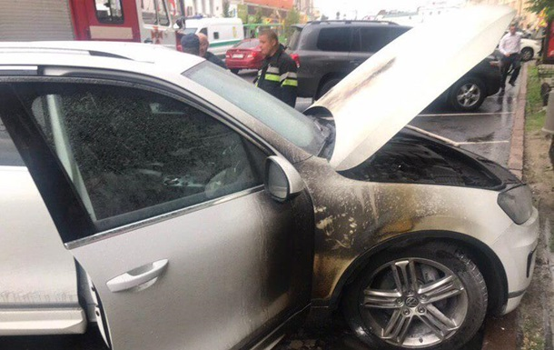 Біля будівлі мерії Харкова підпалили авто чиновника