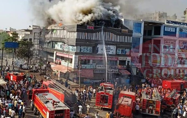 В Индии 19 человек погибли при пожаре в торговом центре