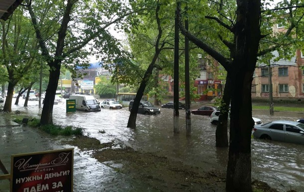 В Херсоне ливень затопил часть улиц