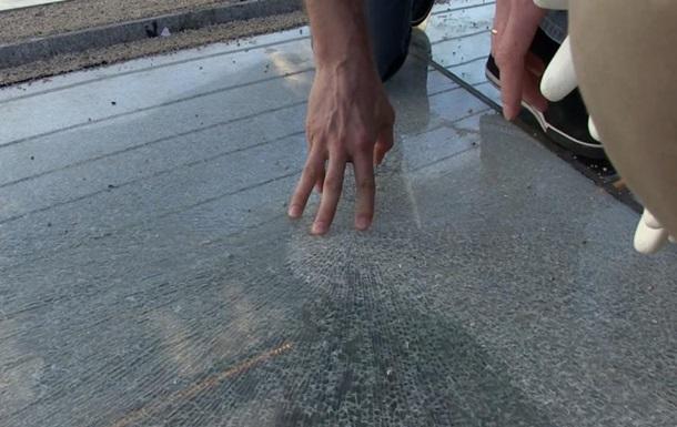 В Киеве на новом мосту меняют треснувшие стекла