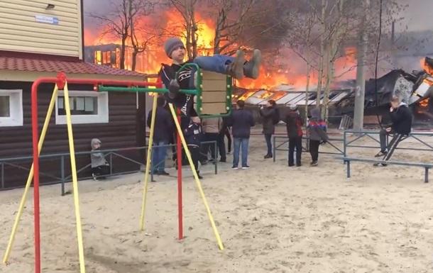 Хлопчик на гойдалці на тлі пожежі вразив Мережу