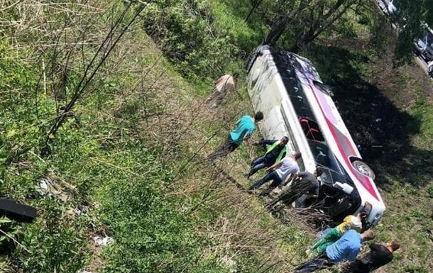 У РФ перекинувся автобус з китайськими туристами: є жертви