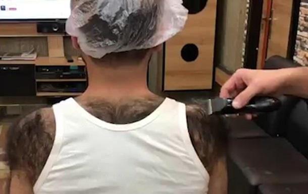 Мужчина выбрил себе на спине  майку
