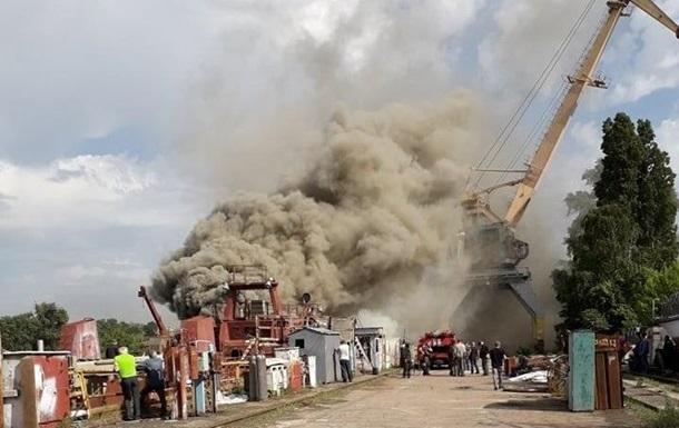 У Києві на Кузні на Рибальському загорівся корабель