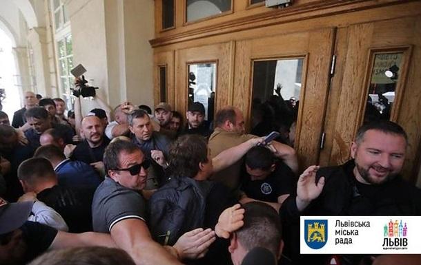Во Львове активисты выломали двери горсовета