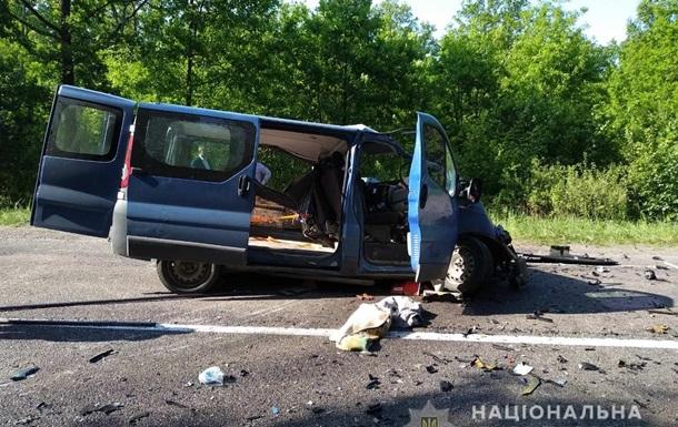 В Ровенской области столкнулись грузовик и микроавтобус: двое погибших