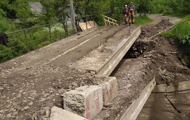 На Закарпатті відновили сполучення через зруйнований міст