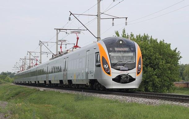 Поїзд Інтерсіті зупинився в полі - соцмережі