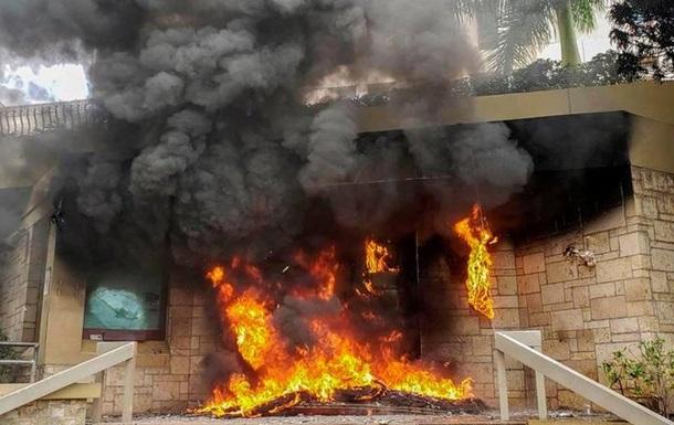 У Гондурасі протестувальники підпалили вхід до будівлі посольства США