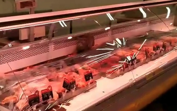 У супермаркеті Києва кіт їв м ясо з вітрини